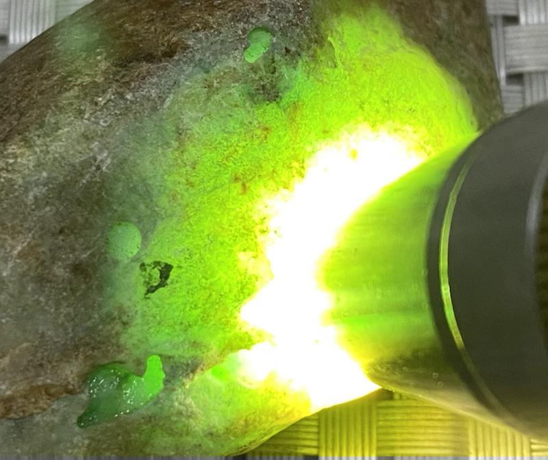 🤝#矿区新货来袭# 达马坎开窗飘花料,打灯通透,种老肉细水头十足,飘阳绿色,抛光后更好看,可以赌飘