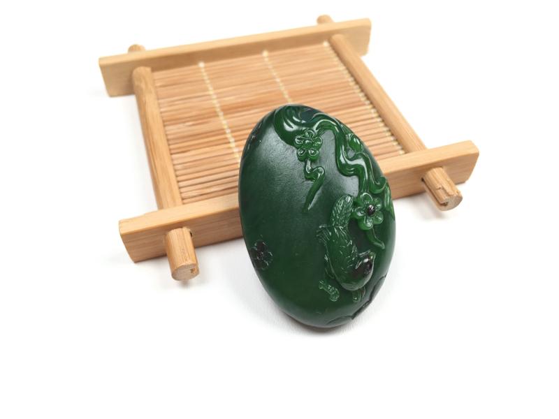 """【喜上眉梢】喜鹊是中国玉雕的传统题材之一,暗含""""喜上眉梢""""、""""捷报频传""""等美好心愿。玉料油润细腻,喜"""