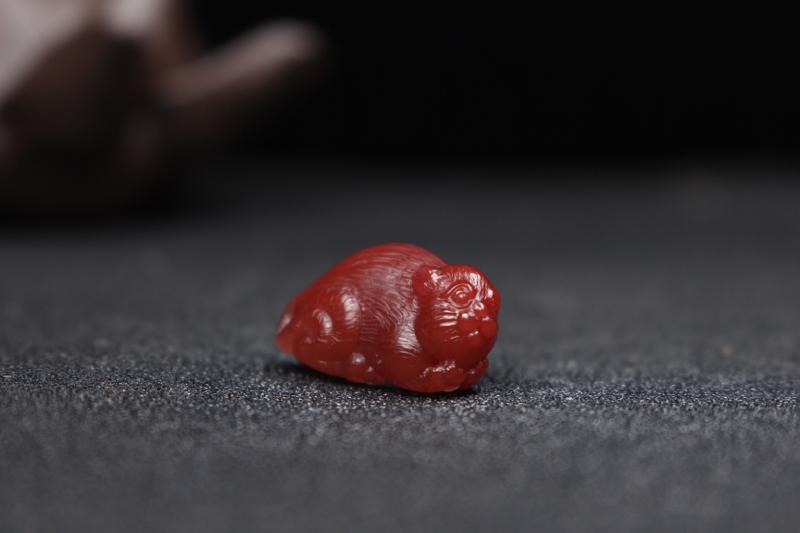 【猫】精品瓦西料,醇润玫瑰红立体雕刻作品,色泽红醇浓郁,玉质温润细腻,胶质感浓郁!名师工艺,雕琢精细