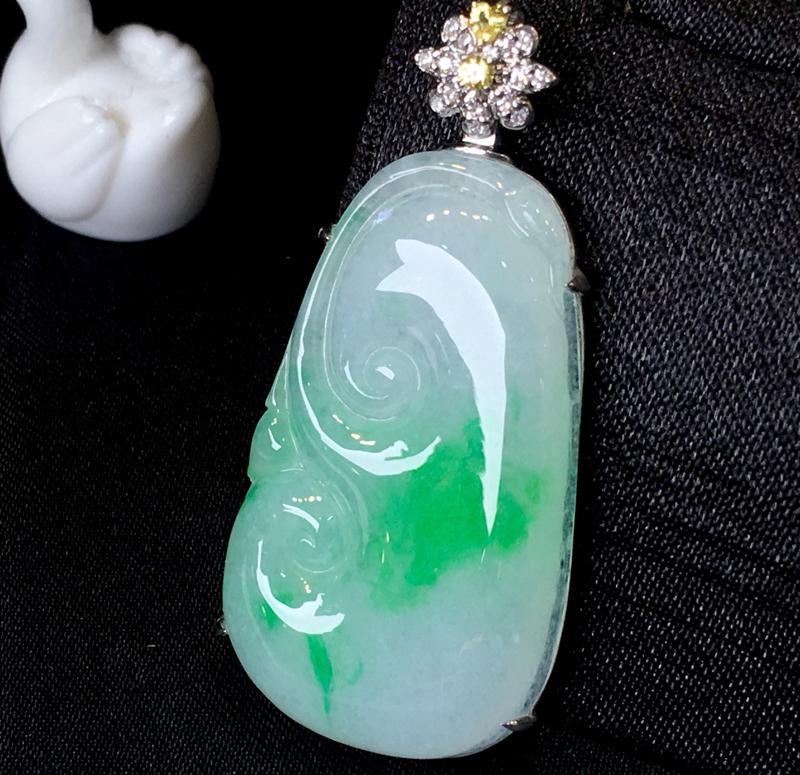翡翠a货,飘绿如意吊坠,18k金伴钻,彩宝点缀,佩戴精美,性价比高,裸石尺寸36.0*21.0*4.