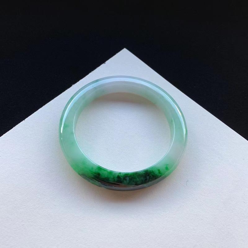 55圈口,浓绿正圈手镯,底庄甜美,一节浓郁绿色夺目迷人,无纹裂。圈口55.1-9.4-8.8mm/111883
