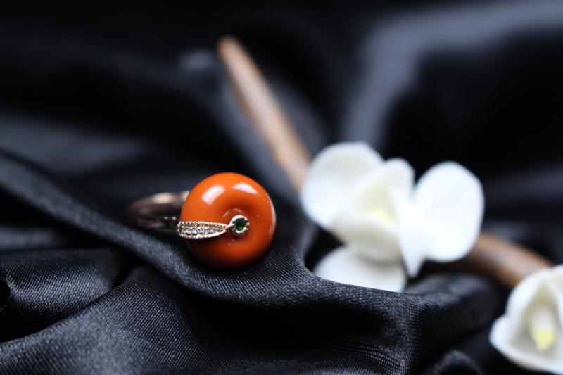 【戒指】精品瓦西料,纯色满肉柿子红精镶玉戒,色泽红艳,玉质温润,胶质感浓郁!镶嵌18k玫瑰金,平安扣