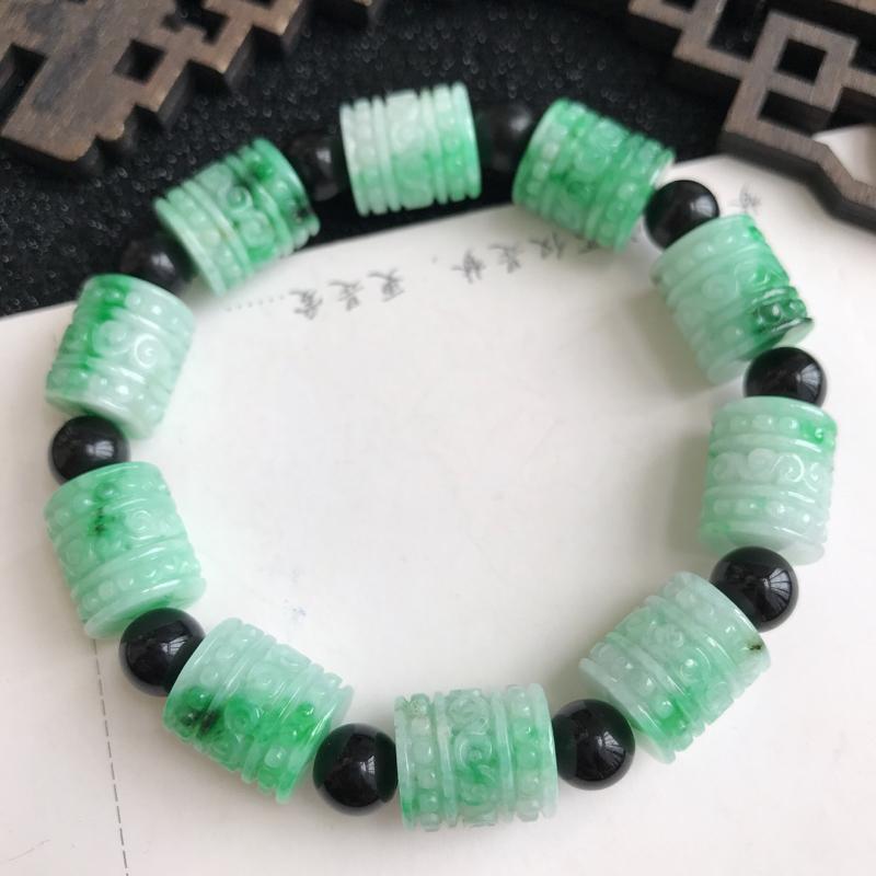 飘绿花雕花福气手链,尺寸:13*11.6mm ,翡翠A货,隔珠是装饰品,编号:688