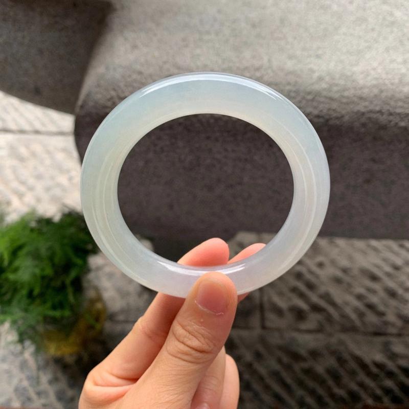 58圈口,晴底圆条手镯,质地细腻,冰润透亮,无纹裂。圈口57.9-11.5-11.5mm/111882
