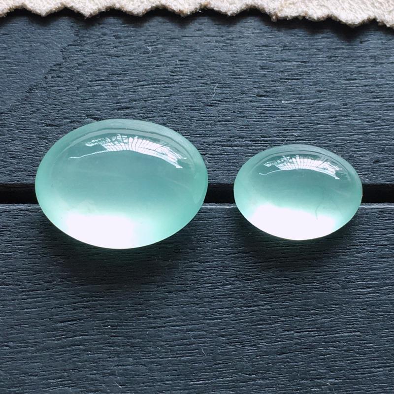 冰蛋面,自然光实拍,缅甸a货翡翠,冰种晴底蛋面一对,种好通透,起荧光,晶莹剔透,底色清雅脱俗,水润饱