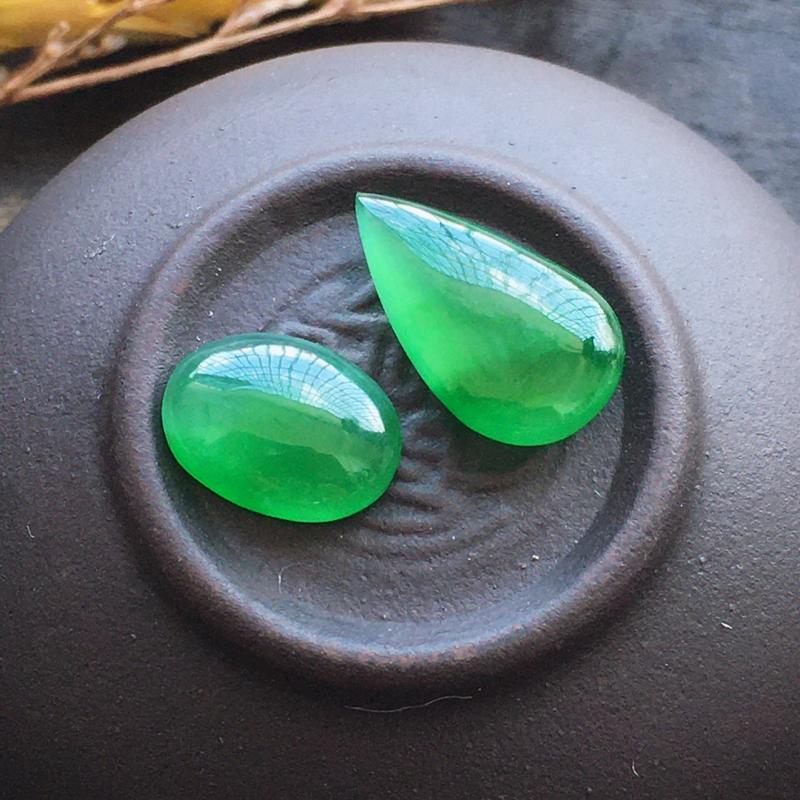 辣绿水滴,自然光实拍,缅甸a货翡翠,种好通透,水润玉质细腻,雕刻精细,饱满品相佳,