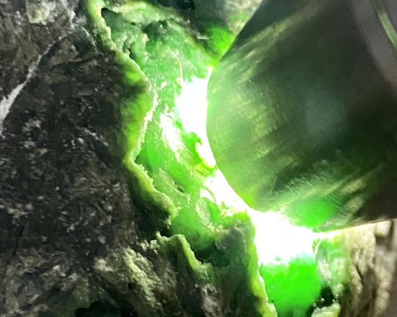 🤝#矿区新货来袭# 精品后江开窗色料,开窗处打灯阳绿满色,种老肉细有水头,他处打灯也有绿色,巧雕带