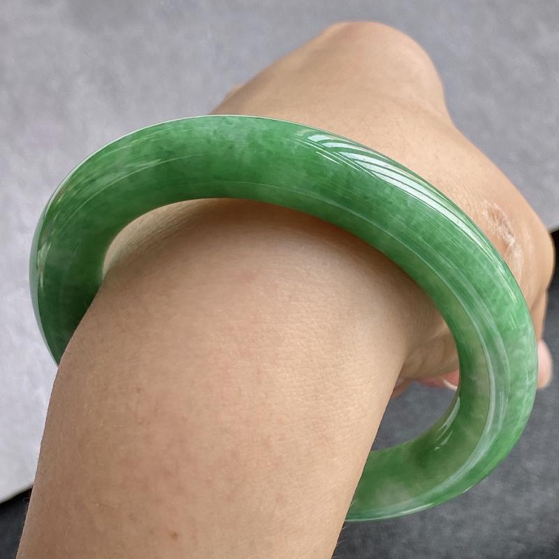 翡翠A货,规格57.5/10.9/11,老坑种绿圆条手镯,颜色非常好看,玉质细腻水润,上手优雅迷人