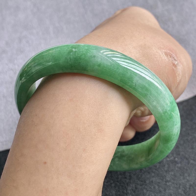 翡翠A货,规格60.2/13.3/7.2,老坑种绿正圈手镯,颜色非常好看,玉质细腻水润,上手优雅迷人