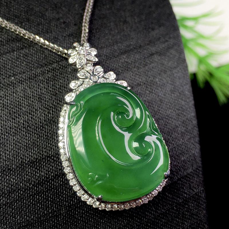 冰满绿吉祥如意吊坠,冰透色艳,种老细腻,裸石:21.5*17*2.8 整体:33.5*19.5*8