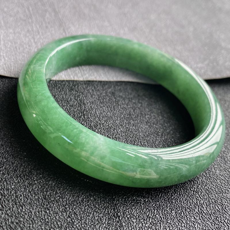 翡翠A货,规格54.5/12.2/8.9,老坑种绿正圈手镯,颜色非常好看,上手优雅迷人