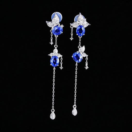 18k金镶蓝宝石耳钉  宝石参数:2.15ct  配石:钻石61颗,总重2.86克