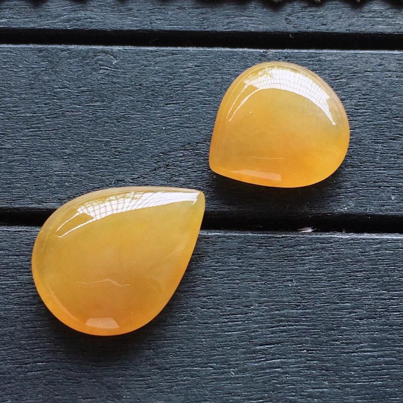 黄翡水滴,自然光实拍,缅甸a货翡翠,黄翡水滴戒面,种水好,玉质细腻,颜色艳丽,形体好,品质高档,镶嵌
