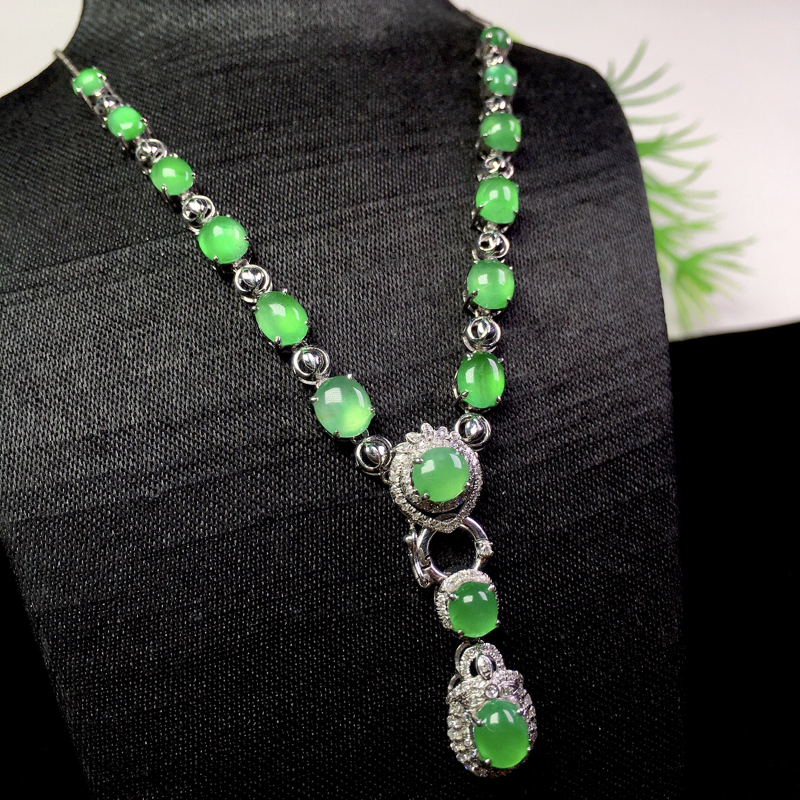 冰起光甜阳绿项链,种色俱佳,精巧别致,裸石:5.6*4.7*2.3 整体:81*13.7*7(18