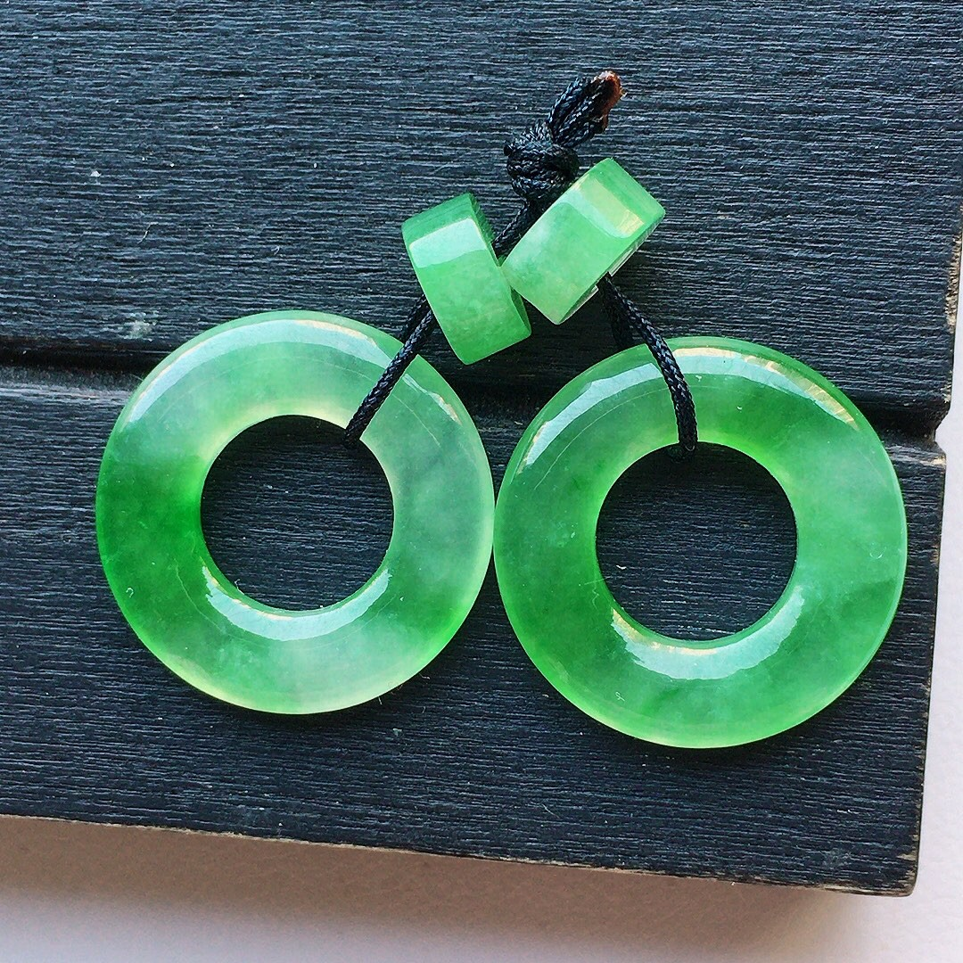 缅甸翡翠带绿平安环耳坠,自然光实拍,玉质莹润,佩戴佳品,尺寸:16.3*3 16.2*2.6mm,重