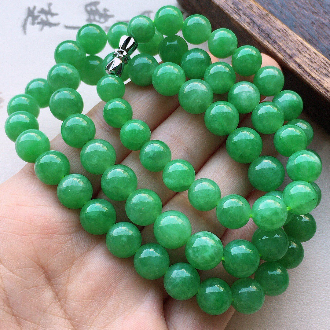 缅甸翡翠满绿圆珠项链(银扣),自然光实拍,玉质莹润,佩戴佳品,单颗尺寸大:8.8mm,单颗尺寸小:7