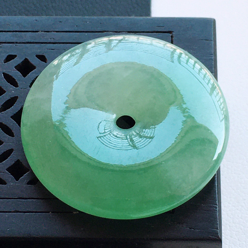 精品翡翠平安扣吊坠,玉质莹润,佩戴效果更美,尺寸:玉:26.9*5.2MM,整件货品质量:7.4g