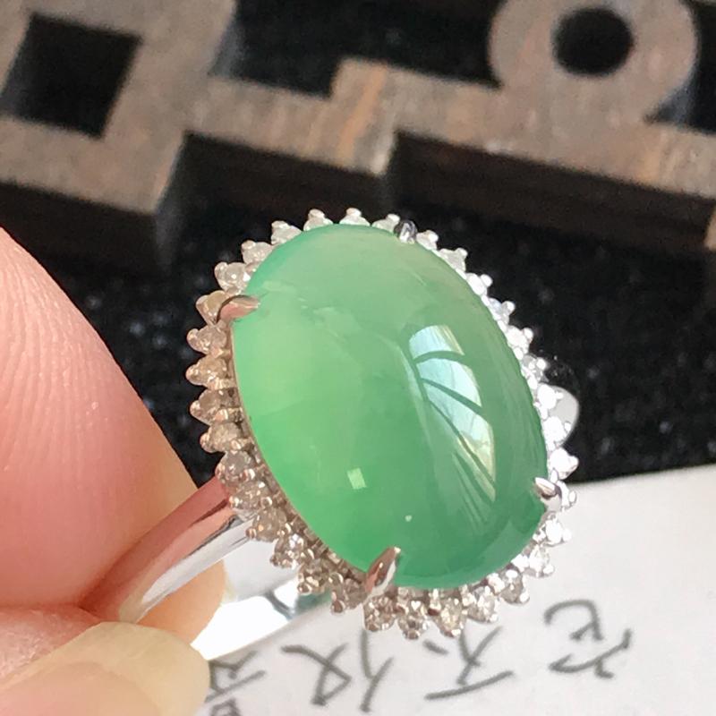 18k金伴钻满绿福气戒指,裸石尺寸:11.6*8.4*3.0mm,包金尺寸:14.0*11.0*7.
