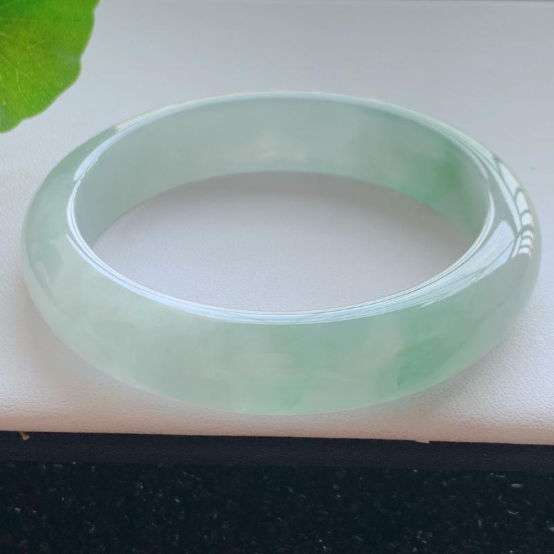 【57.4圈口】自然光实拍,天然翡翠A货水润清秀浅绿玉手镯,尺寸:57.4*13.3*8.2mm,重量:63.2g,质地细腻,用料厚实,底色釉洁,水润带绿,质感很好,上手效果很不错