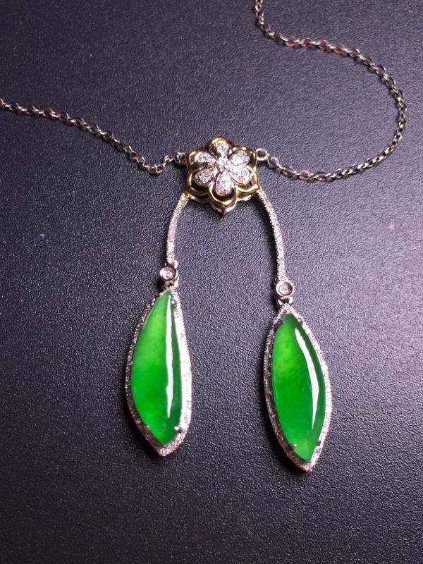 阳绿二合一锁骨链,18k真金真钻镶嵌,种水超好,玉质细腻。