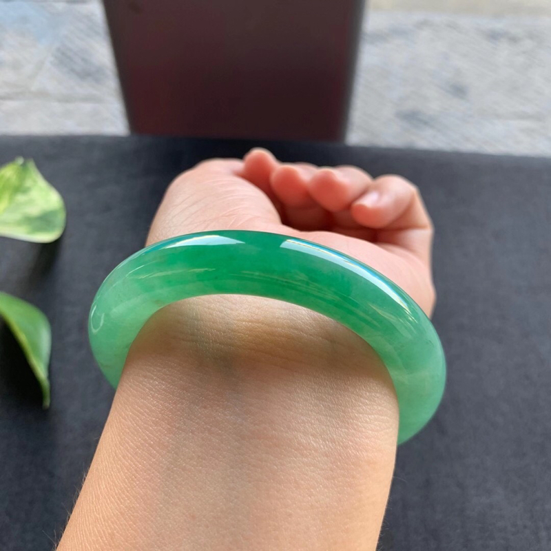 老坑满绿圆条手镯,尺寸52.5*11.5*11.5 老坑种水,纯净细腻,通透水润,明亮光泽,颜色浓郁