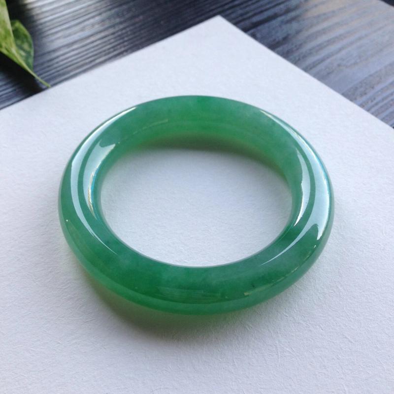 老坑满绿圆条手镯,尺寸52.5*11.5*11.5 老坑种水,纯净细腻,通透水润,明亮光泽,颜色浓郁,艳丽醒目,上手贵气显眼!