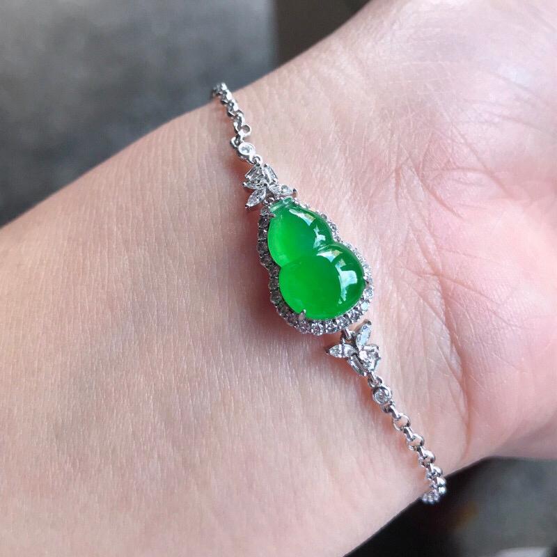 (自然光)诚意推荐老坑高冰种阳绿色葫芦手链。裸石饱满厚装。18K金伴钻镶嵌而成。整体品相出众。