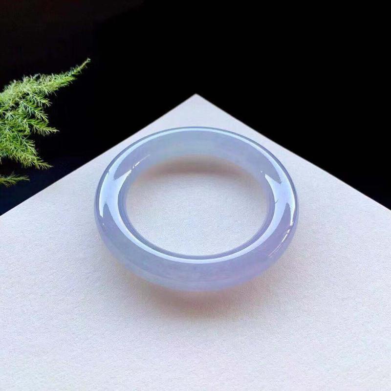 高冰紫罗兰圆条手镯,自然光不失色,种老底子细腻,灵气逼人,无纹裂