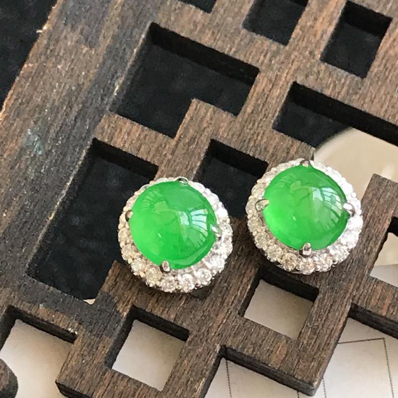 18k金伴钻满绿福气耳钉,裸石尺寸:6*3mm,包金尺寸:8.6*6 mm,翡翠A货,编号:c101