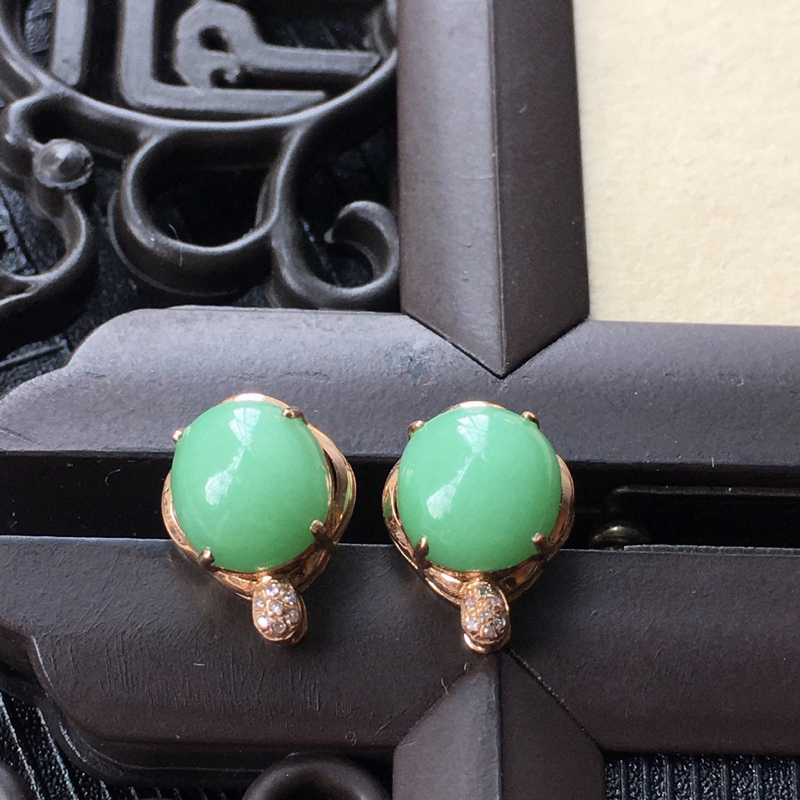 18K金伴钻镶嵌翡翠满绿蛋面耳钉,种水好玉质细腻温润,颜色漂亮。裸石尺寸:7.8*7.2*4.1mm