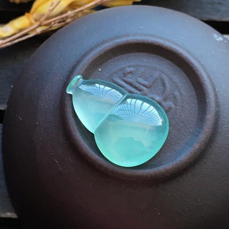 高冰种葫芦,自然光实拍,缅甸a货翡翠,种好通透,水润玉质细腻,雕刻精细,饱满品相佳,