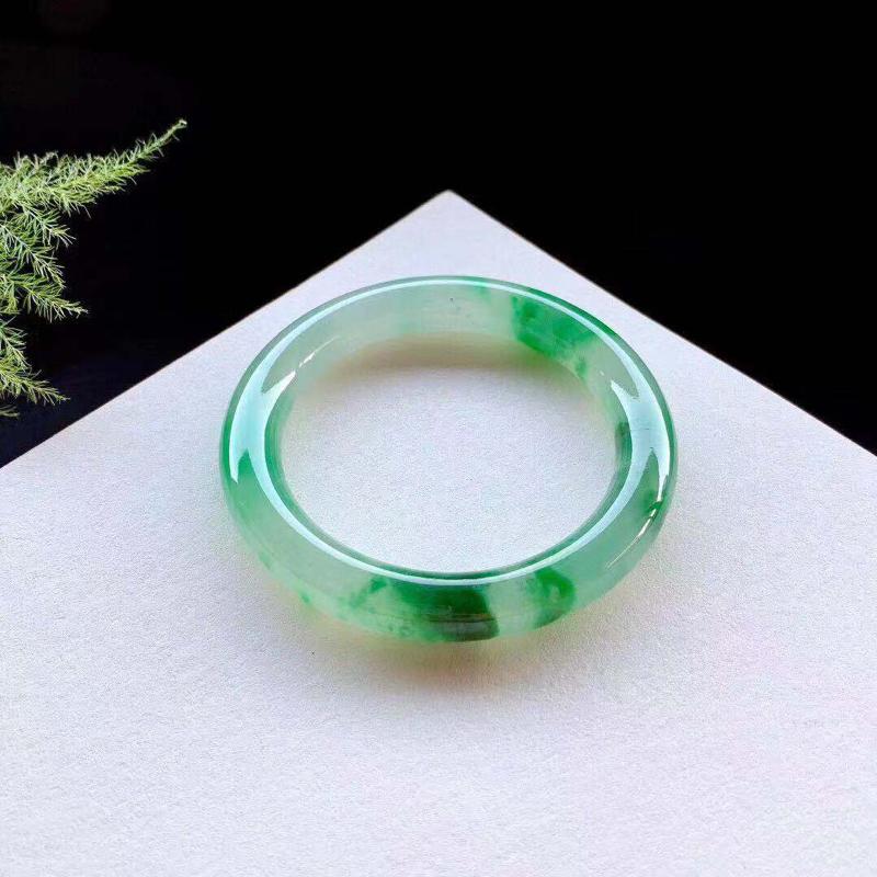 高冰飘绿花圆条手镯,种老起胶感,绿花出水芙蓉,种老,微小棉纹