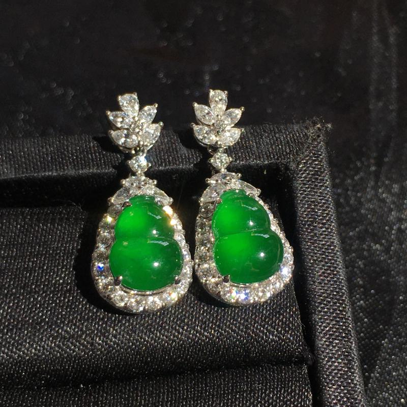 高冰满绿葫芦耳坠,精致时尚大气,翠绿浓郁细腻冰透,种好起胶,佩戴优雅气质,裸石:10*8*4,整体: