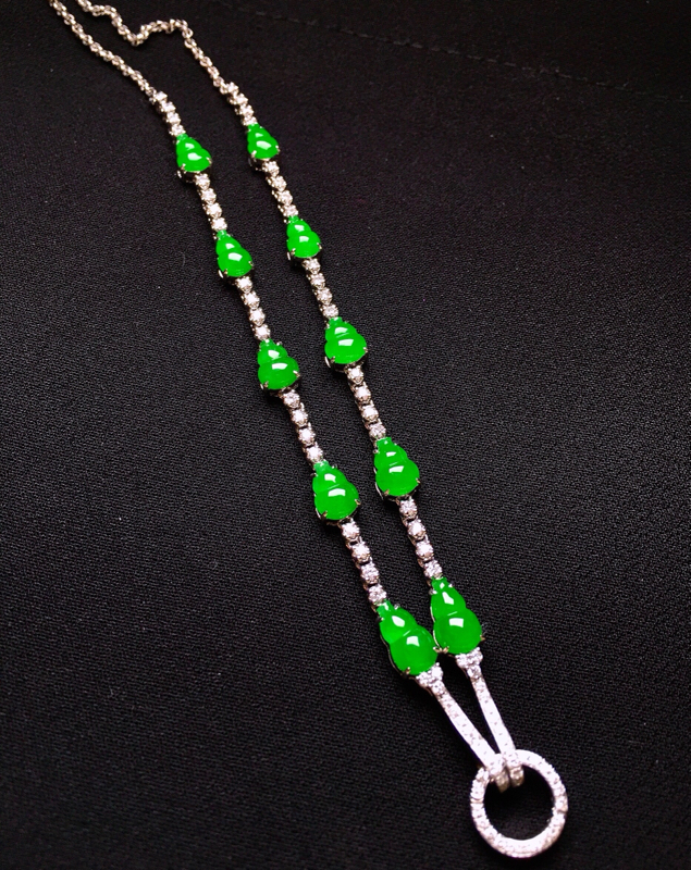 18K金钻镶嵌满绿葫芦锁骨项链 质地细腻 色泽均匀艳丽饱满 款式时尚唯美 亮眼 整体尺寸8.1*4.