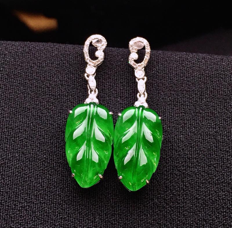 18K金钻镶嵌满绿树叶耳坠 质地细腻 色泽均匀亮眼 款式新颖时尚唯美 整体尺寸25.6*7.6*4.
