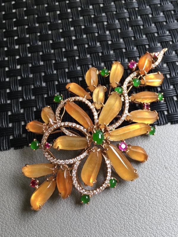 黄翡胸针 玉质细腻,种老起胶,种水好。18k金天然钻石,红宝,翡翠镶嵌。裸石:6*3.6*2.5毫米