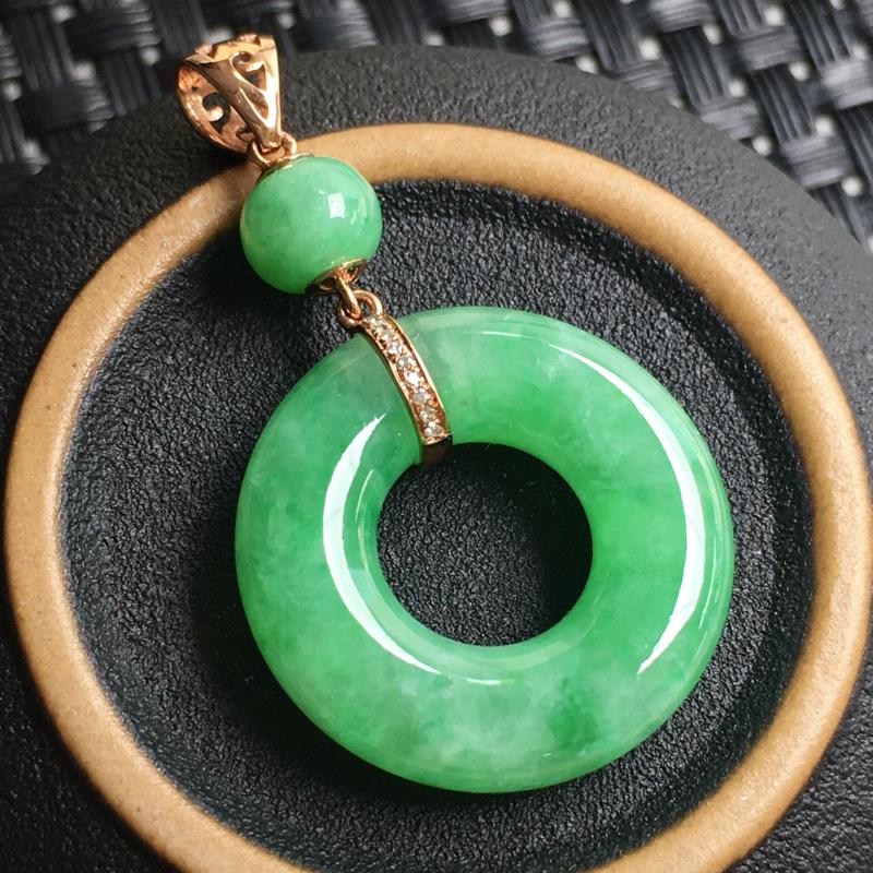 飘绿平安圈吊坠 玉质细腻,种老起胶,种水好。18k金天然钻石,顶珠为翡翠。裸石:20.7*5.2毫米