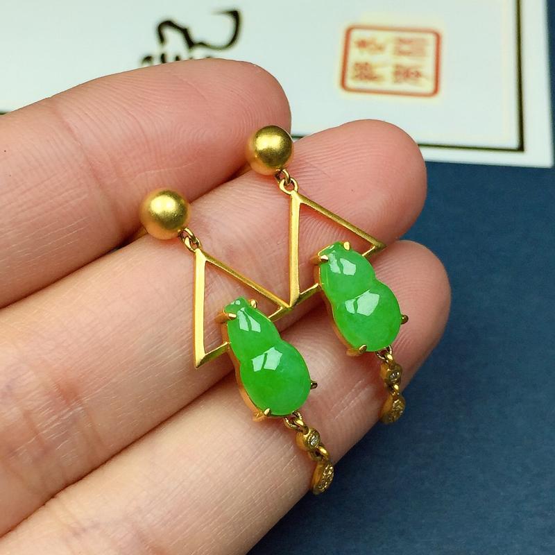 细糯翠绿葫芦耳坠,料子细腻光滑,色泽鲜艳夺目,尺寸:10.4-5.8-2.8