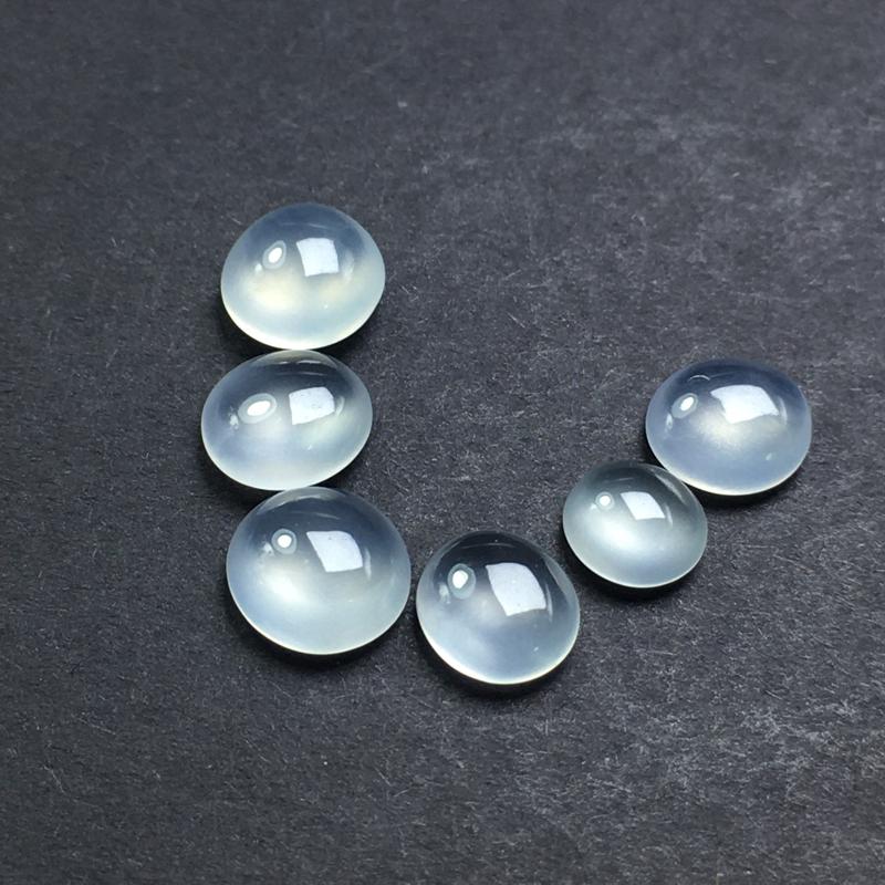 高冰种蛋面裸石,饱满圆润,底子细腻,种老水足,料子起胶,果冻感强,可镶嵌成戒指。尺寸:6.7-3.0