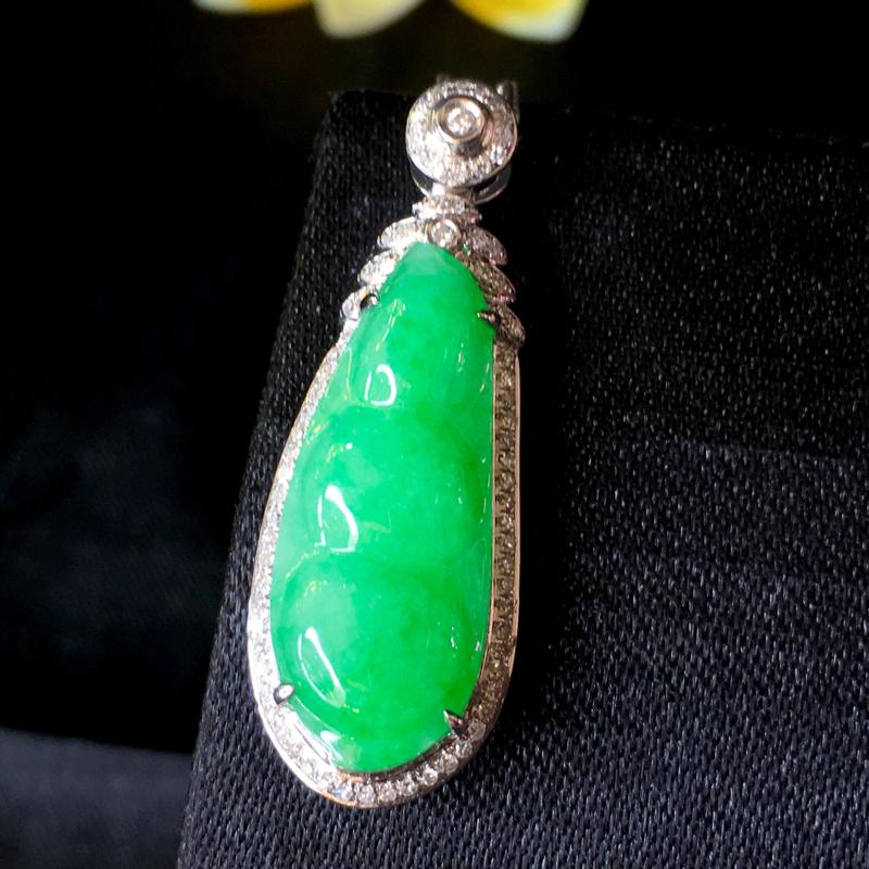 翡翠a货,满绿福豆吊坠,18k金伴钻,种水好,颜色鲜艳,佩戴精美,裸石规格:22.5-8.9-4.2