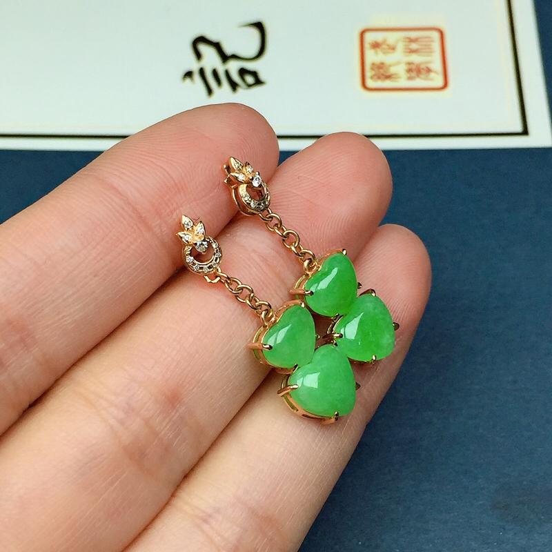 细糯翠绿翡翠耳坠,料子细腻光滑,色泽鲜艳迷人,尺寸:13.1-8.5-2.3
