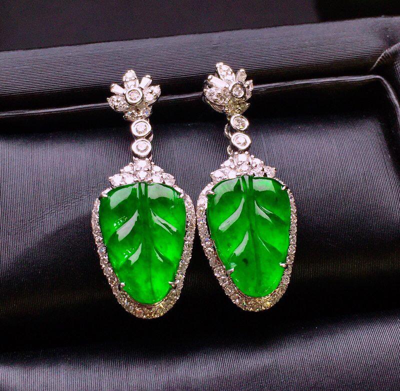 满绿树叶耳坠 质地细腻 色泽艳丽饱满 18K金钻镶嵌 款式新颖时尚大方 亮眼  整体尺寸22.8*8