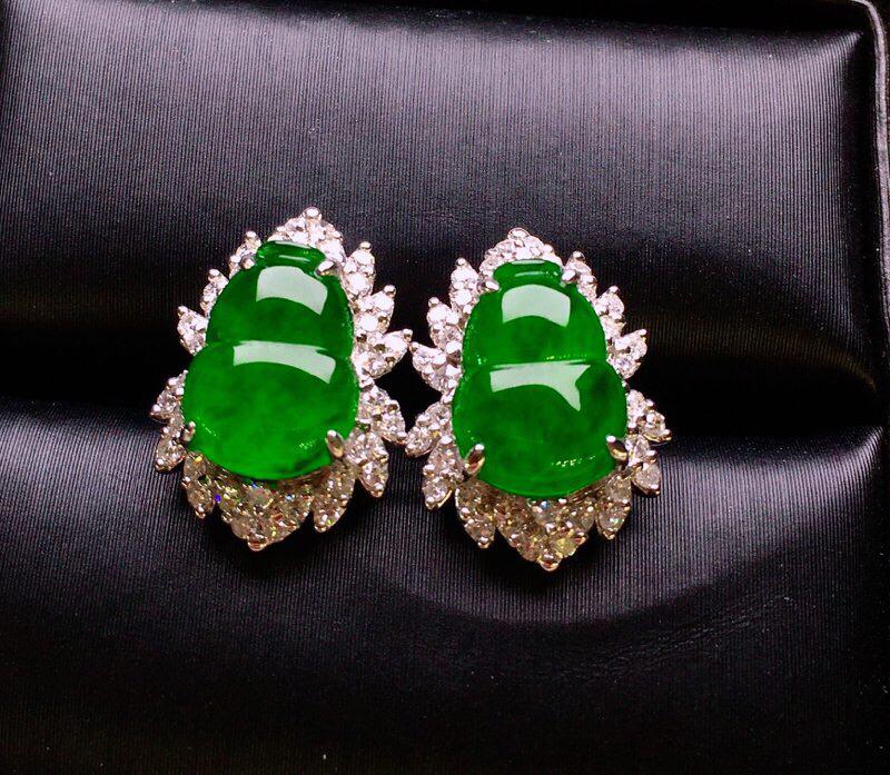 18K金钻镶嵌满绿葫芦耳钉 色泽均匀艳丽饱满 质地细腻 色泽均匀艳丽 款式新颖时尚 整体尺寸15.1