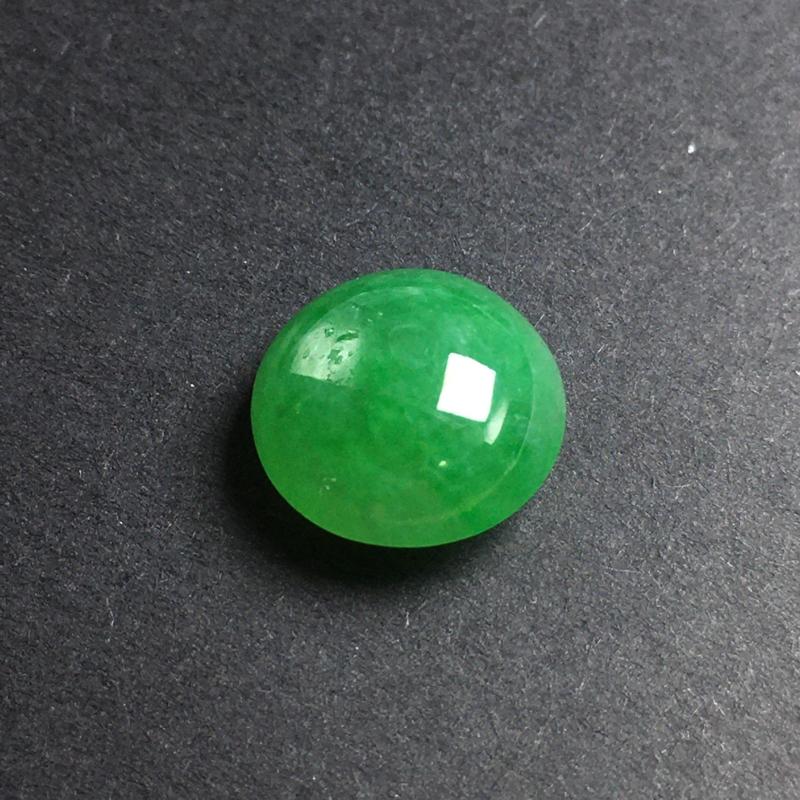 绿色蛋面裸石,底子细腻,种老水足,干净起光,饱满圆润,色泽漂亮,没有纹裂,可镶嵌成戒指。尺寸:11.