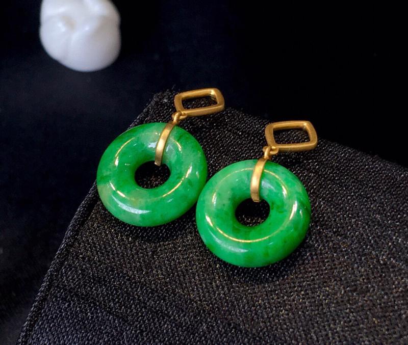 翡翠a货,满绿甜甜圈耳坠,18k金镶嵌,佩戴精美,性价比高,裸石尺寸12.9*4.6mm
