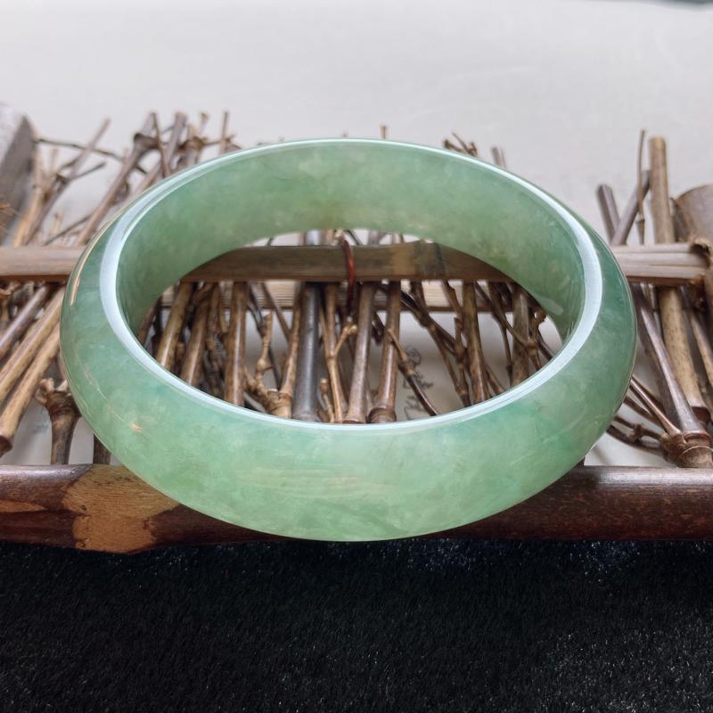 糯化种带绿精美正圈手镯,圈口:57.7,自然光实拍,种老水润,清爽秀气,油润有光泽,上手高贵