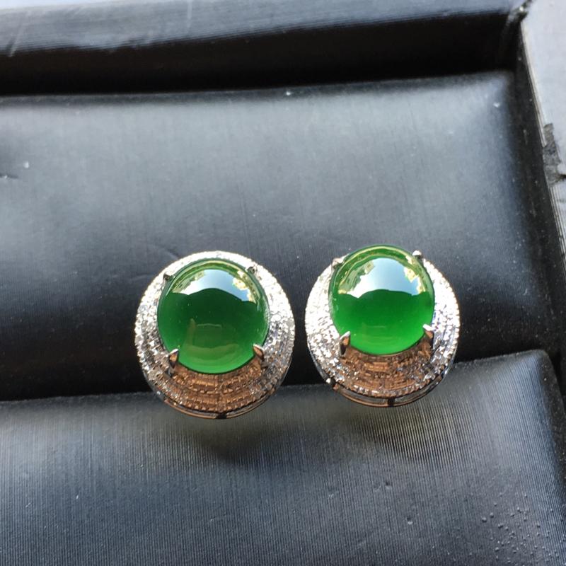满绿蛋面翡翠耳钉,色辣,水润通透,饱满圆润,性价比高,裸石尺寸:7.6*7.1*3.2整体尺寸:11