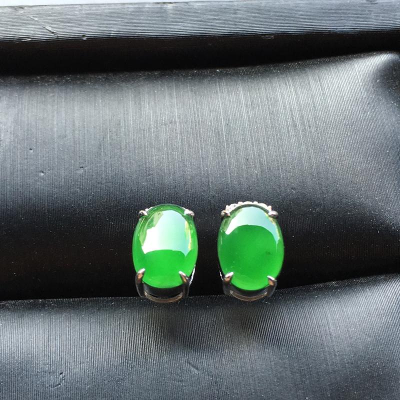 满绿蛋面翡翠耳钉,玉质细腻,色泽艳丽,饱满圆润,祼石尺寸:7.8*5.8*3整体尺寸:9*5.8*4