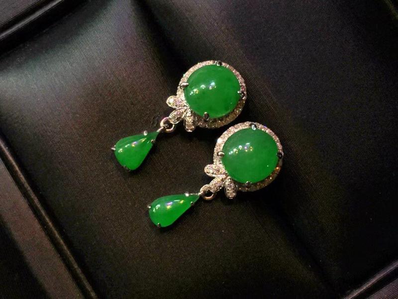 满绿蛋面耳钉,色泽鲜艳,玉质细腻,料子干净,莹润光泽,18K金镶嵌钻石,上耳优雅气质,裸石:6.3*