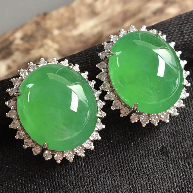 阳绿蛋面耳钉,色泽鲜艳,精美,佩戴效果好,裸石尺寸:12*10*3
